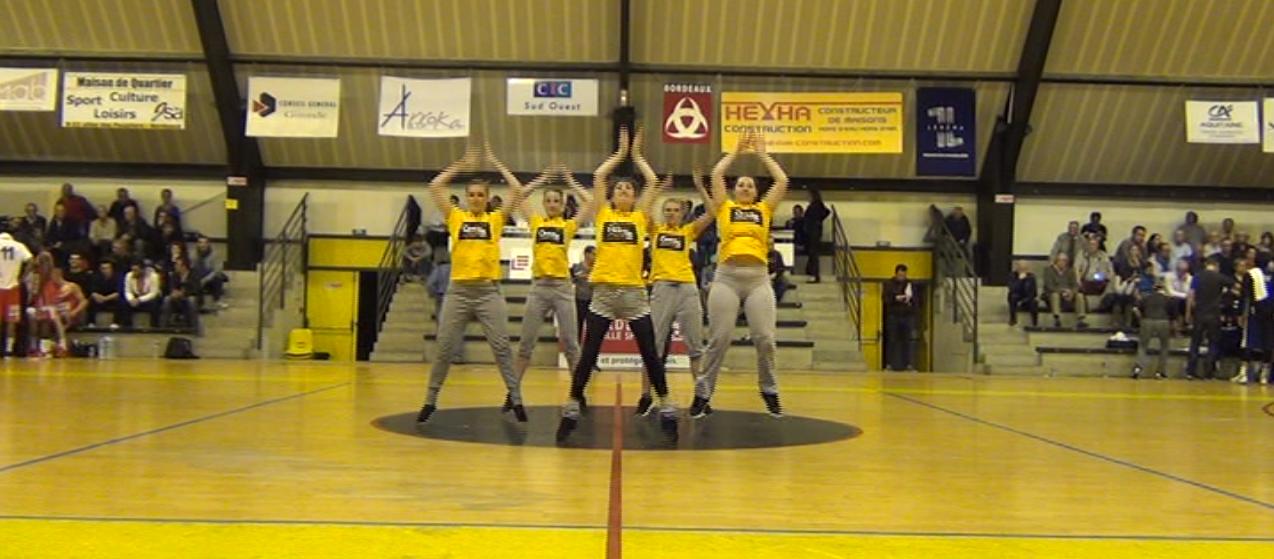 Animation danse à la pause du match de basket pour les JSA de Bordeaux